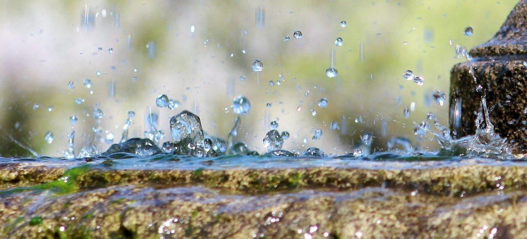 Simpatia pela prosperidade com água da chuva